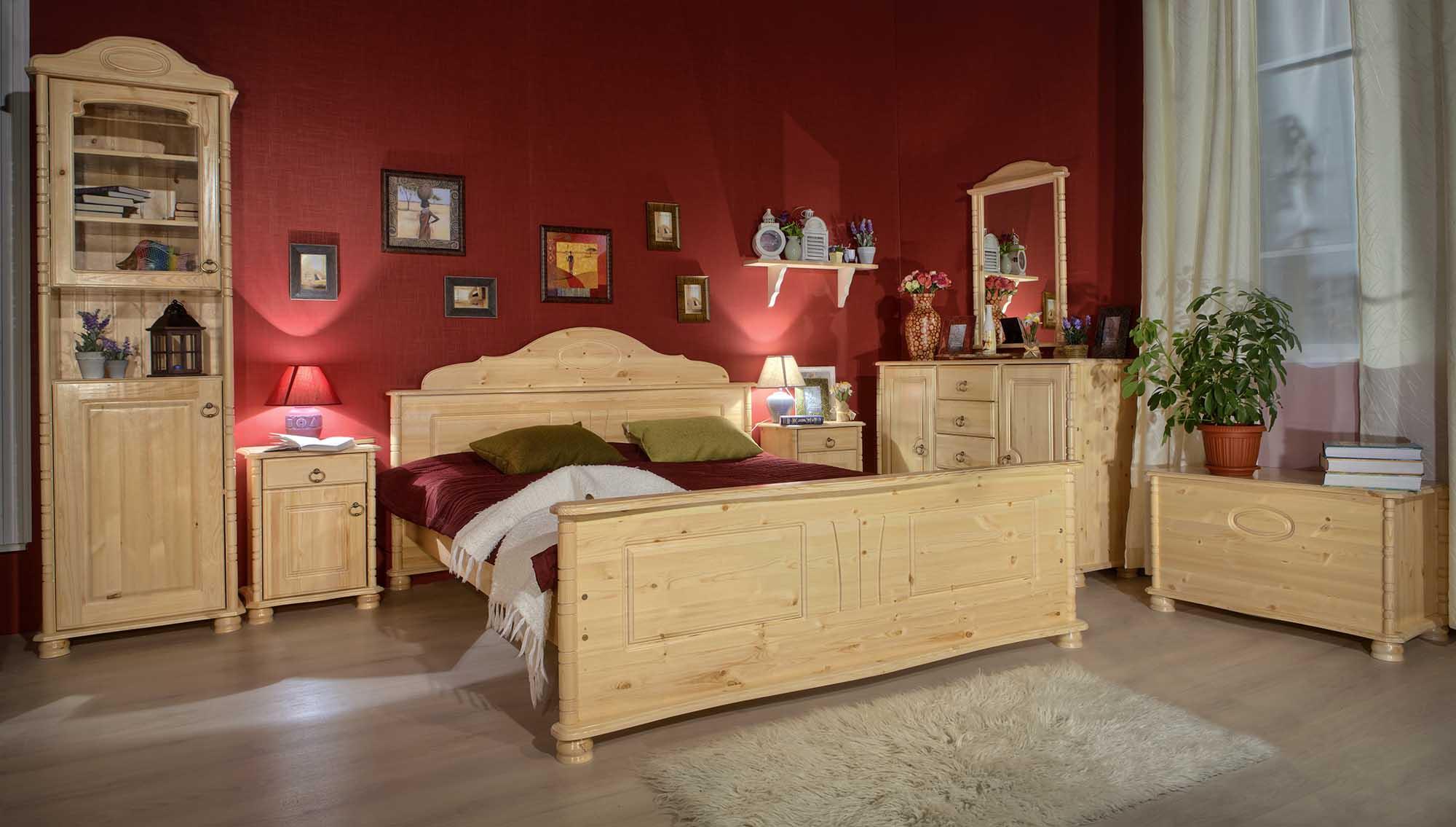 Прикроватные лампы в бежево-красной спальне