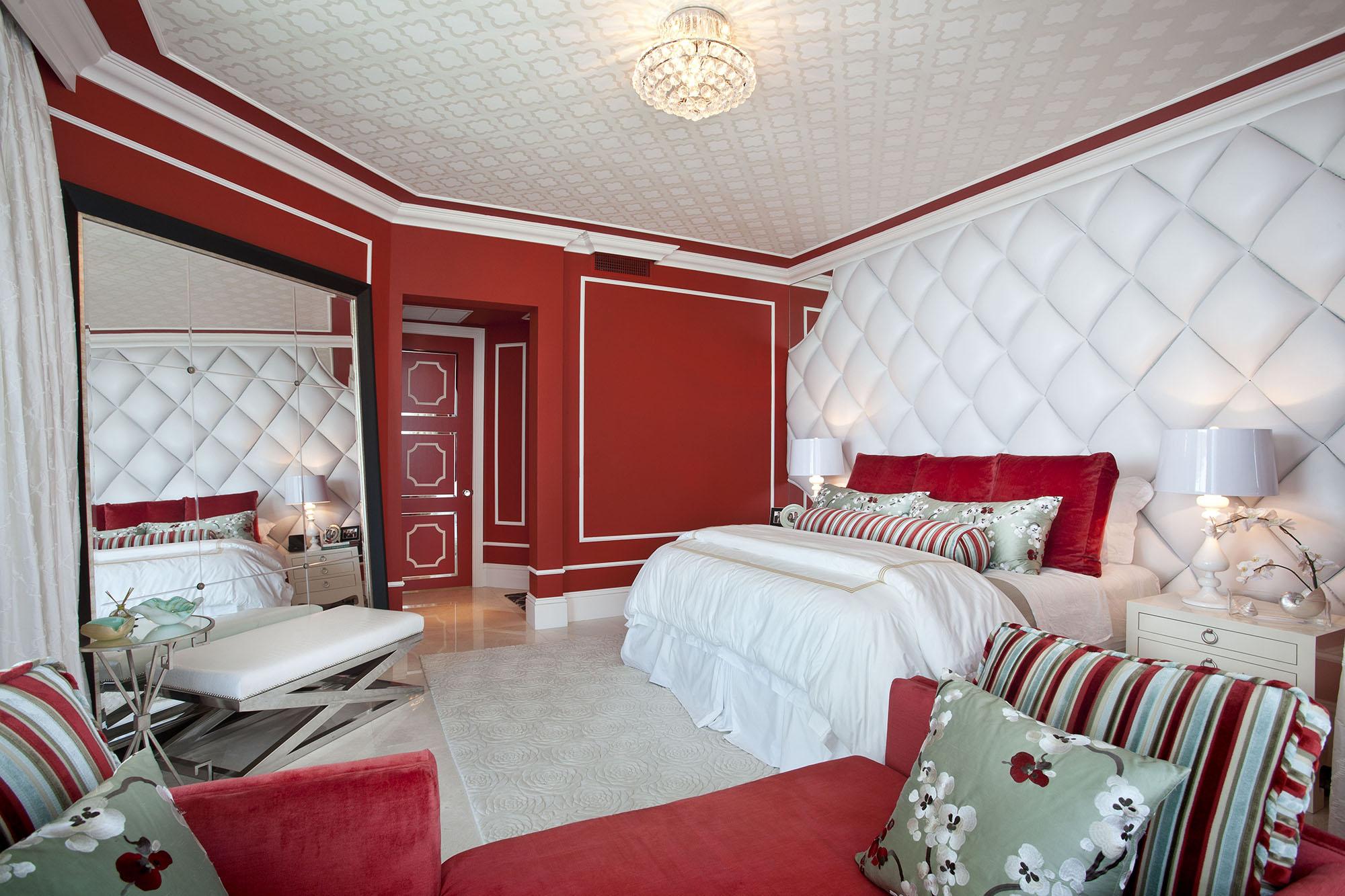Стильная красно-белая спальня