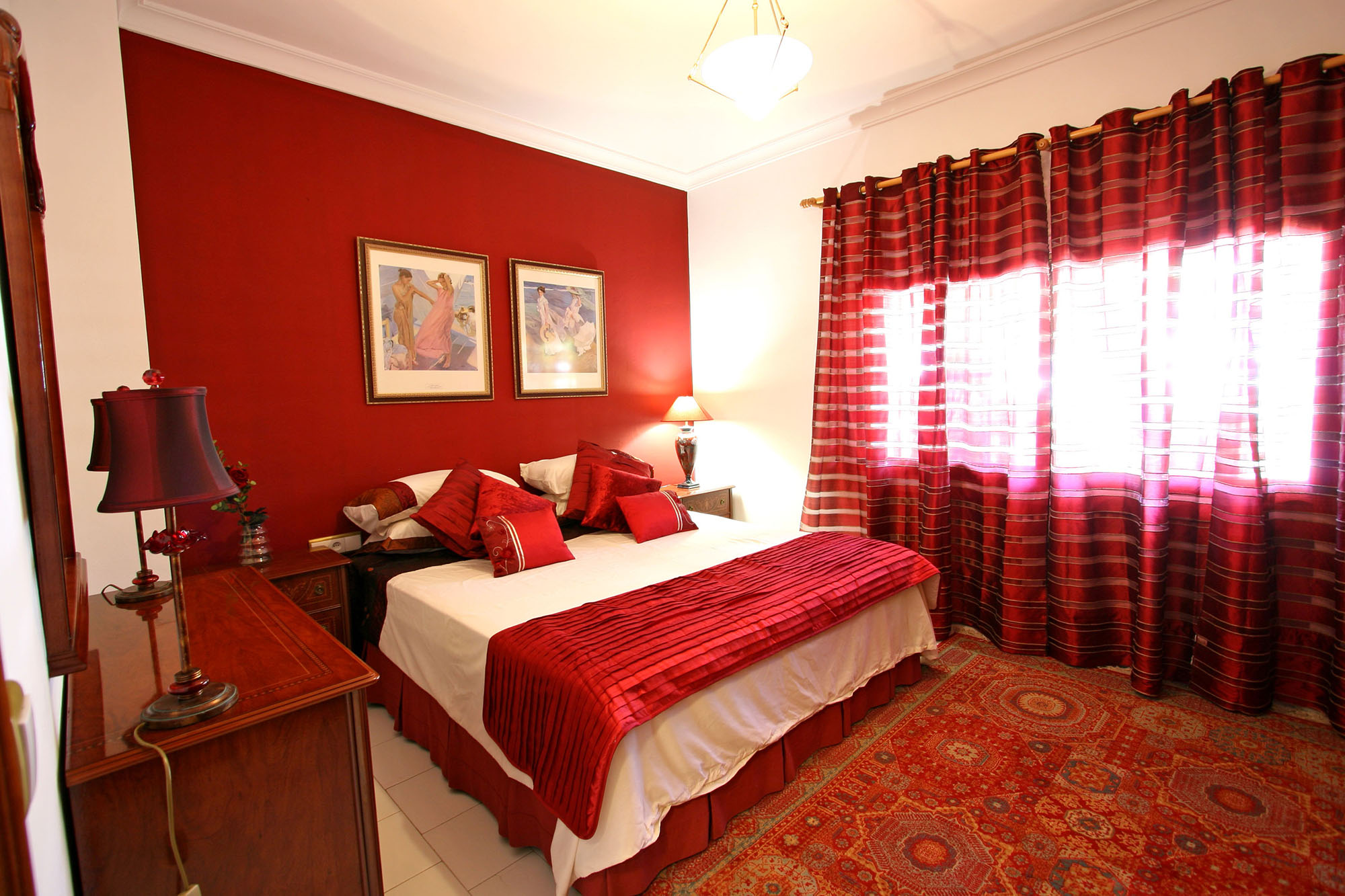 Бело-красная спальня с ковром