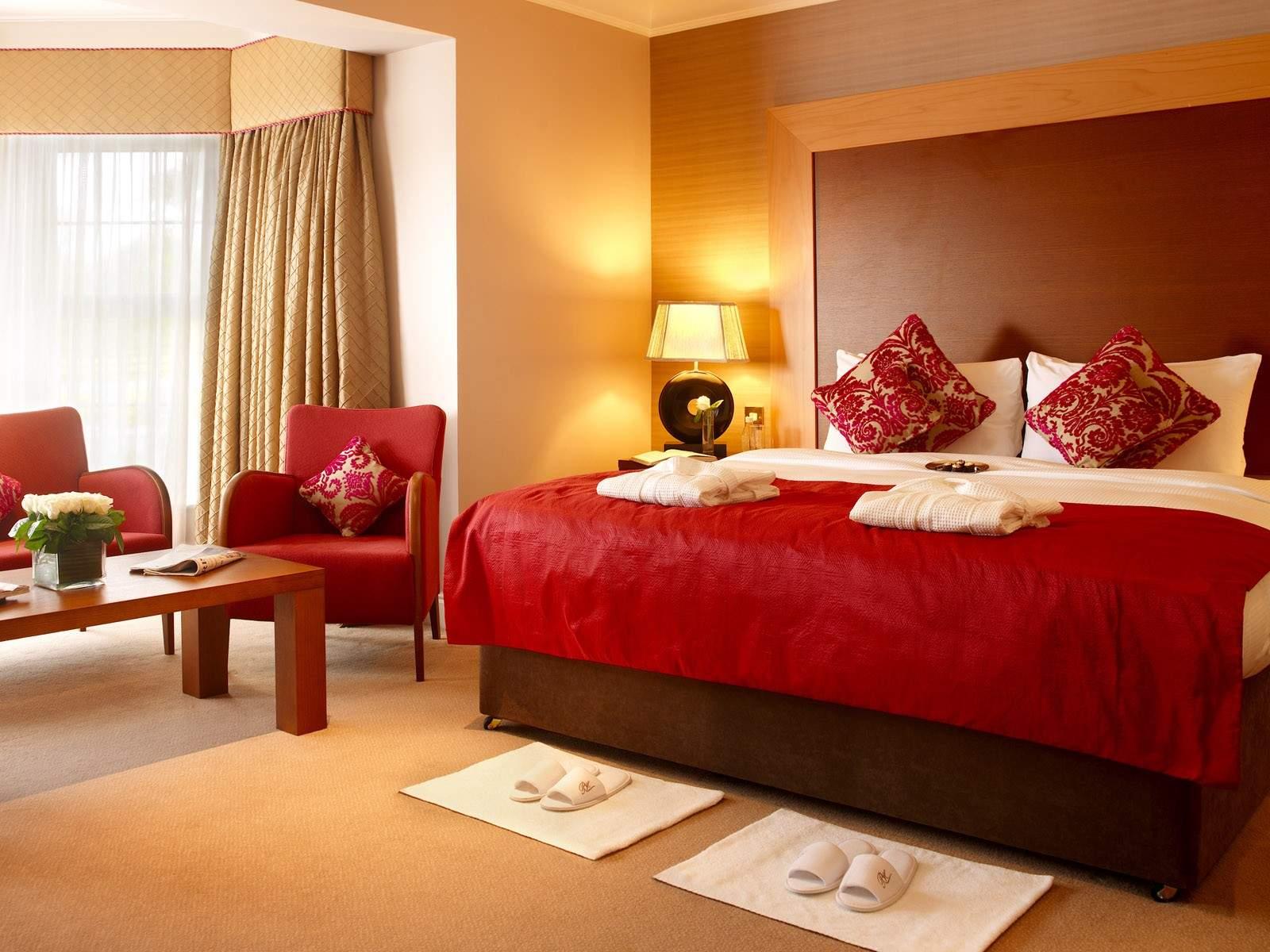 Бежево-красная спальня