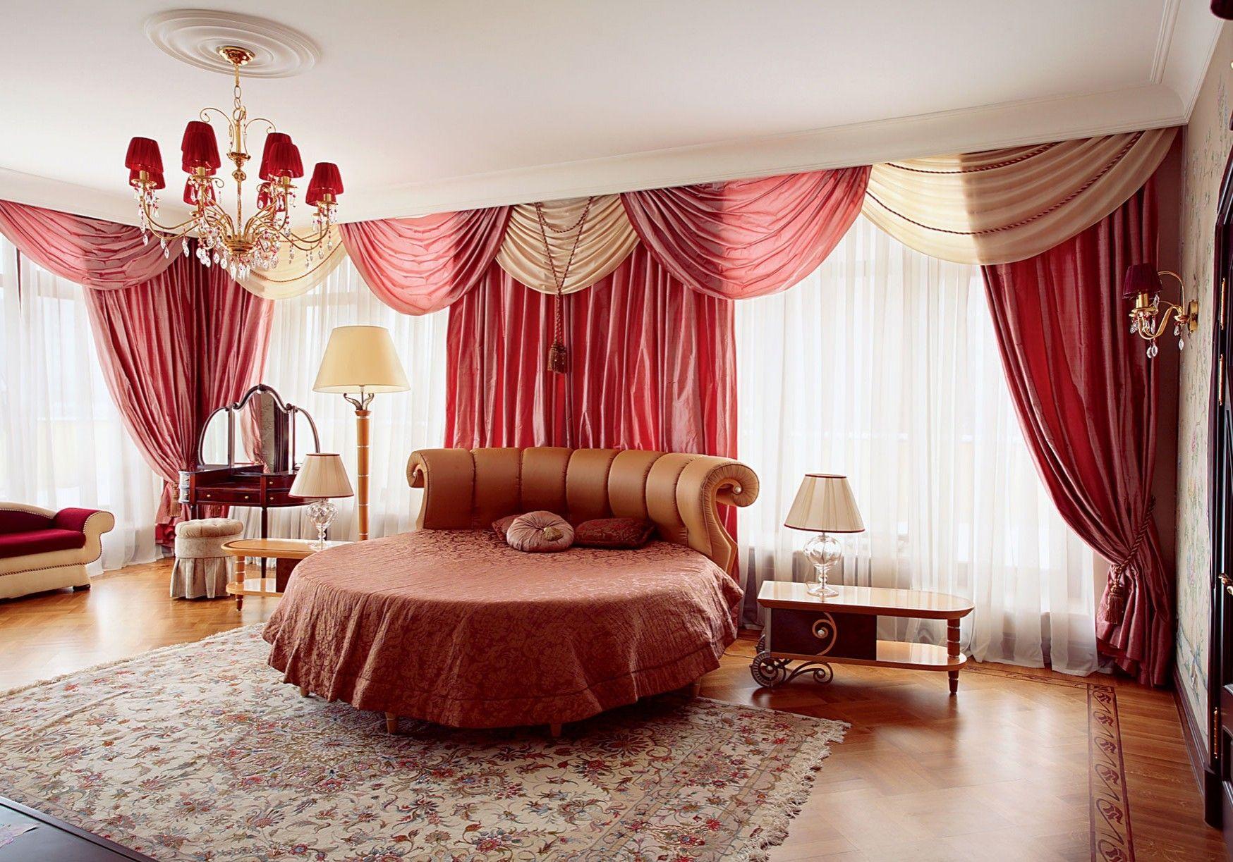 Бежево-красные шторы в просторной спальне