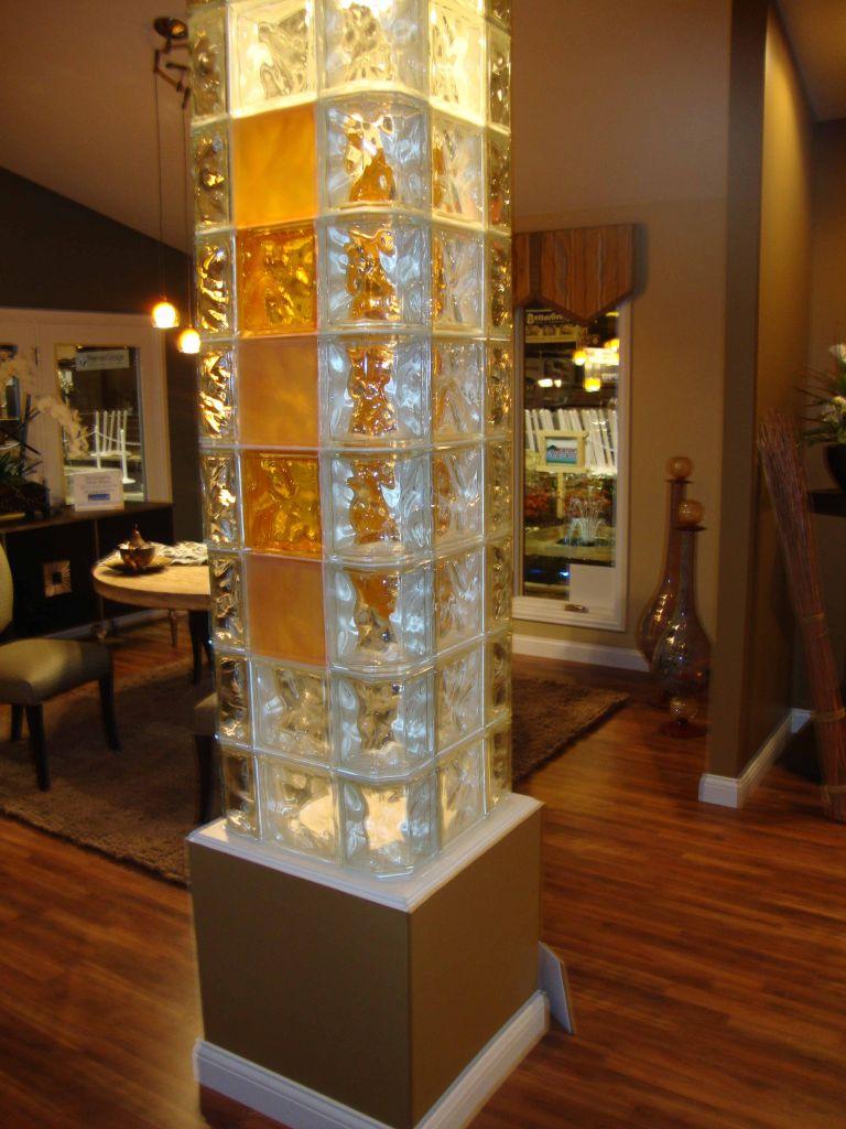 Колонна из стеклоблоков в интерьере