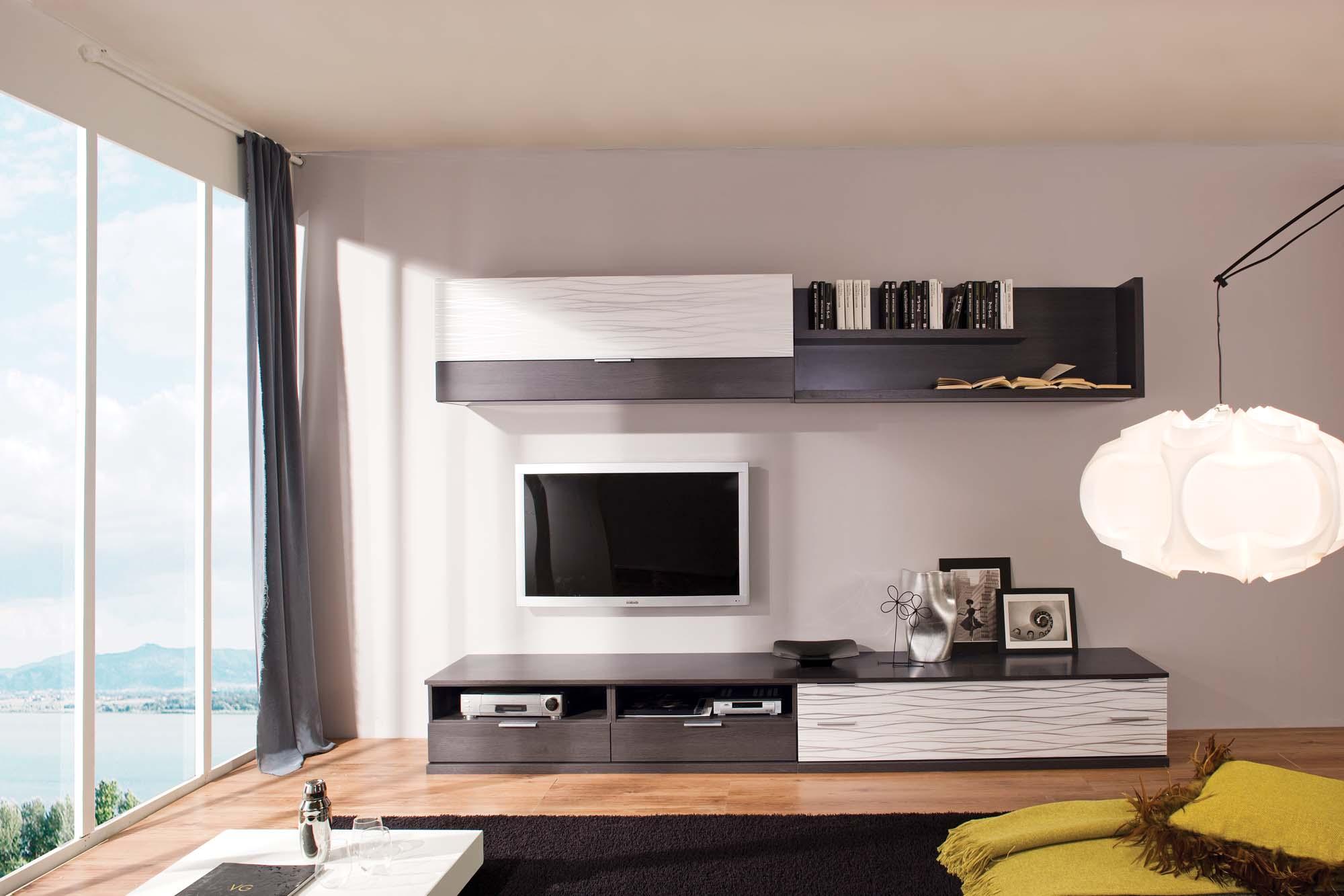 Венге и бежевый цвета в дизайне стенки в гостиной