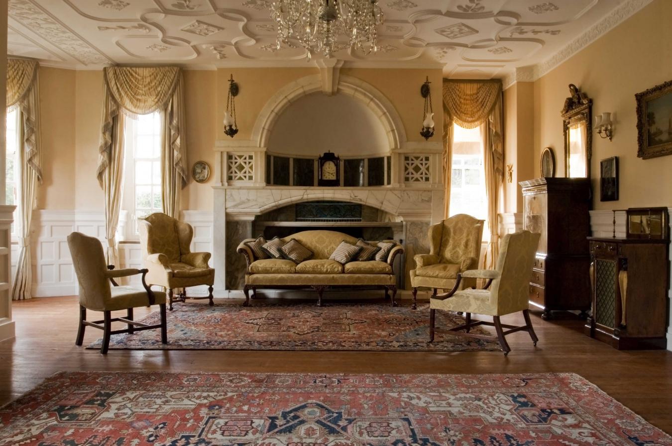 Красивый декор в гостиной в стиле ампир