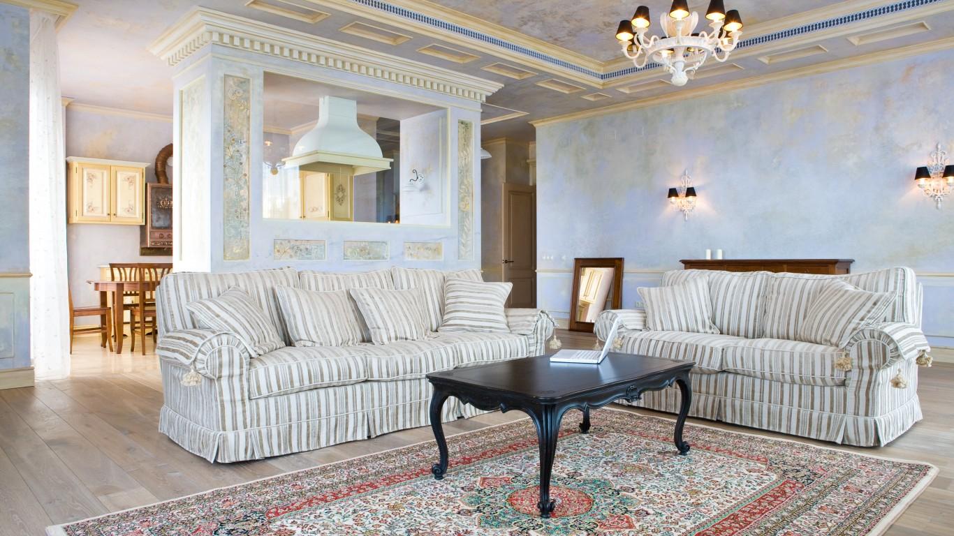 Бежево-голубая гостиная в стиле ампир