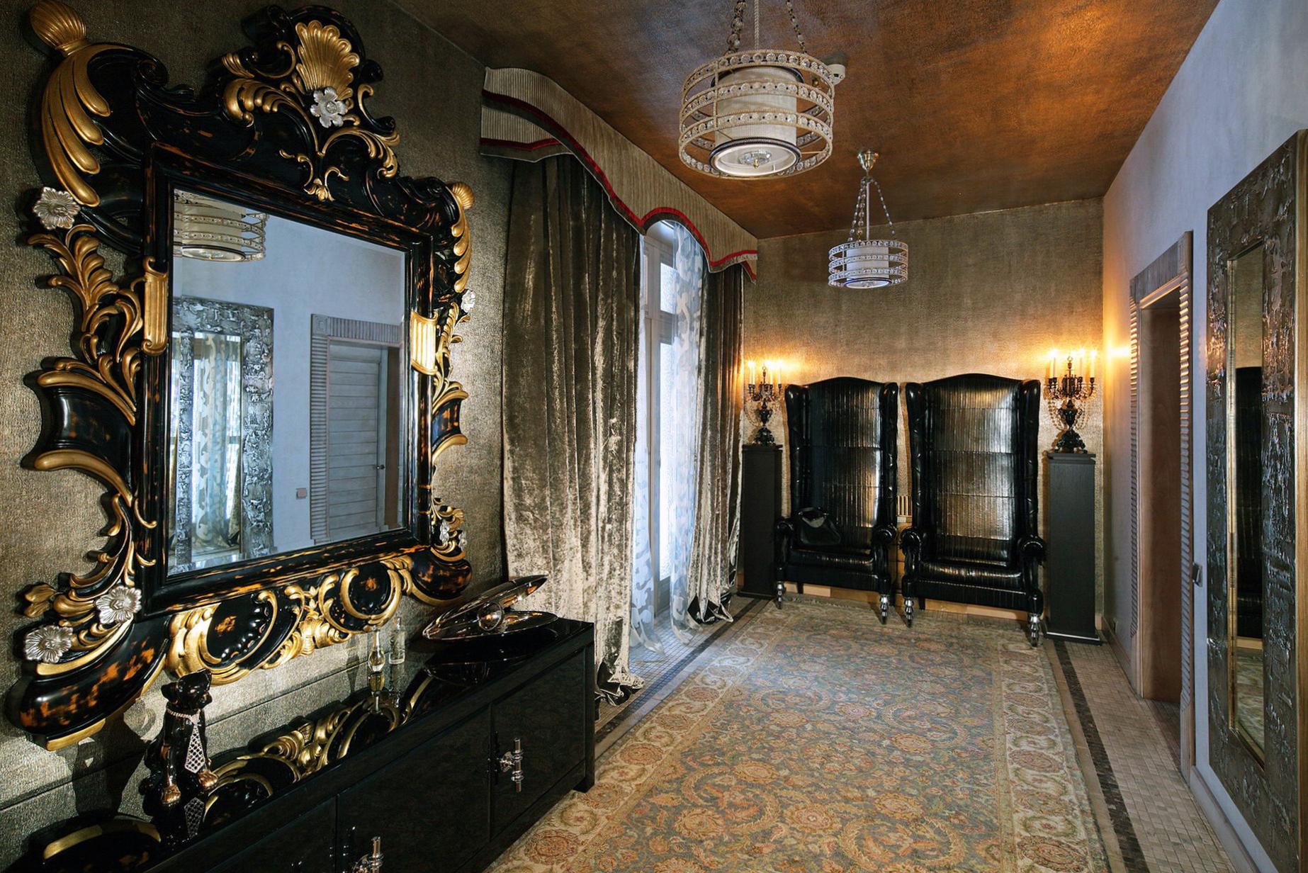 Коричневый потолок в прихожей в стиле ампир