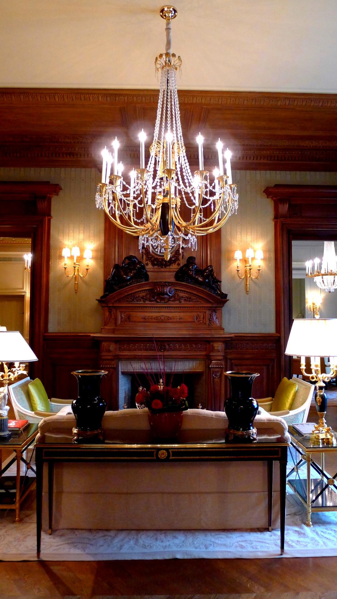 Красивое и обильное освещение в гостиной в стиле ампир