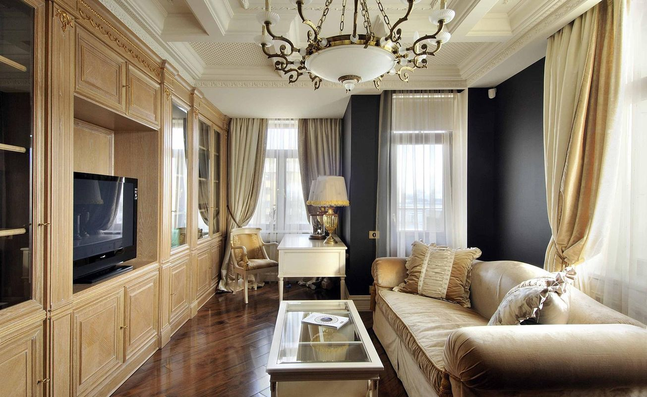 Бежевая мебель в гостиной в стиле ампир