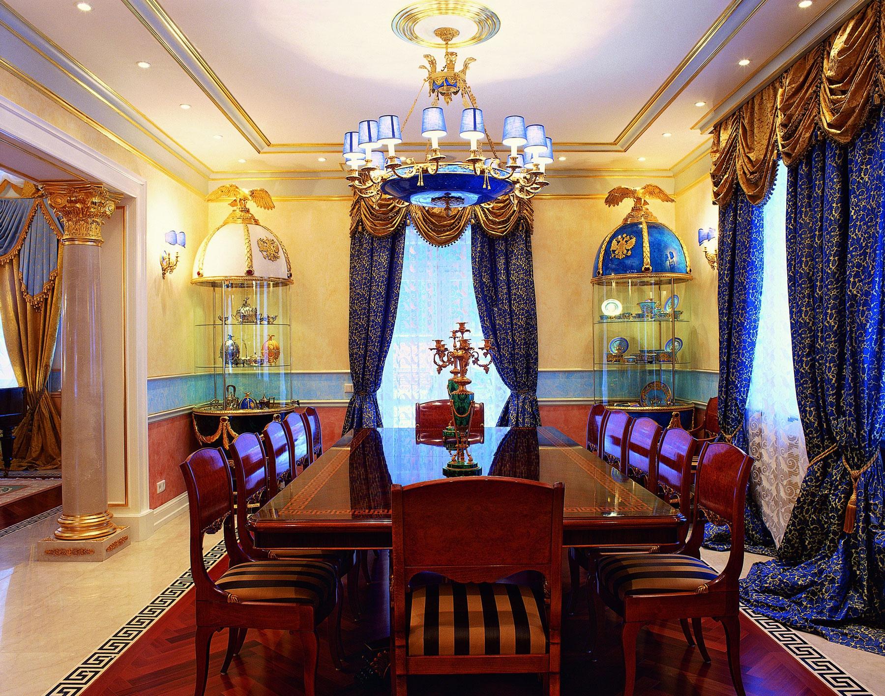 Красные стулья и стол в интерьере в стиле ампир