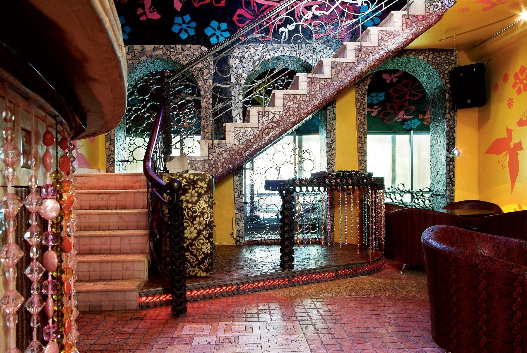 Яркий интерьер с лестницей в стиле фьюжн