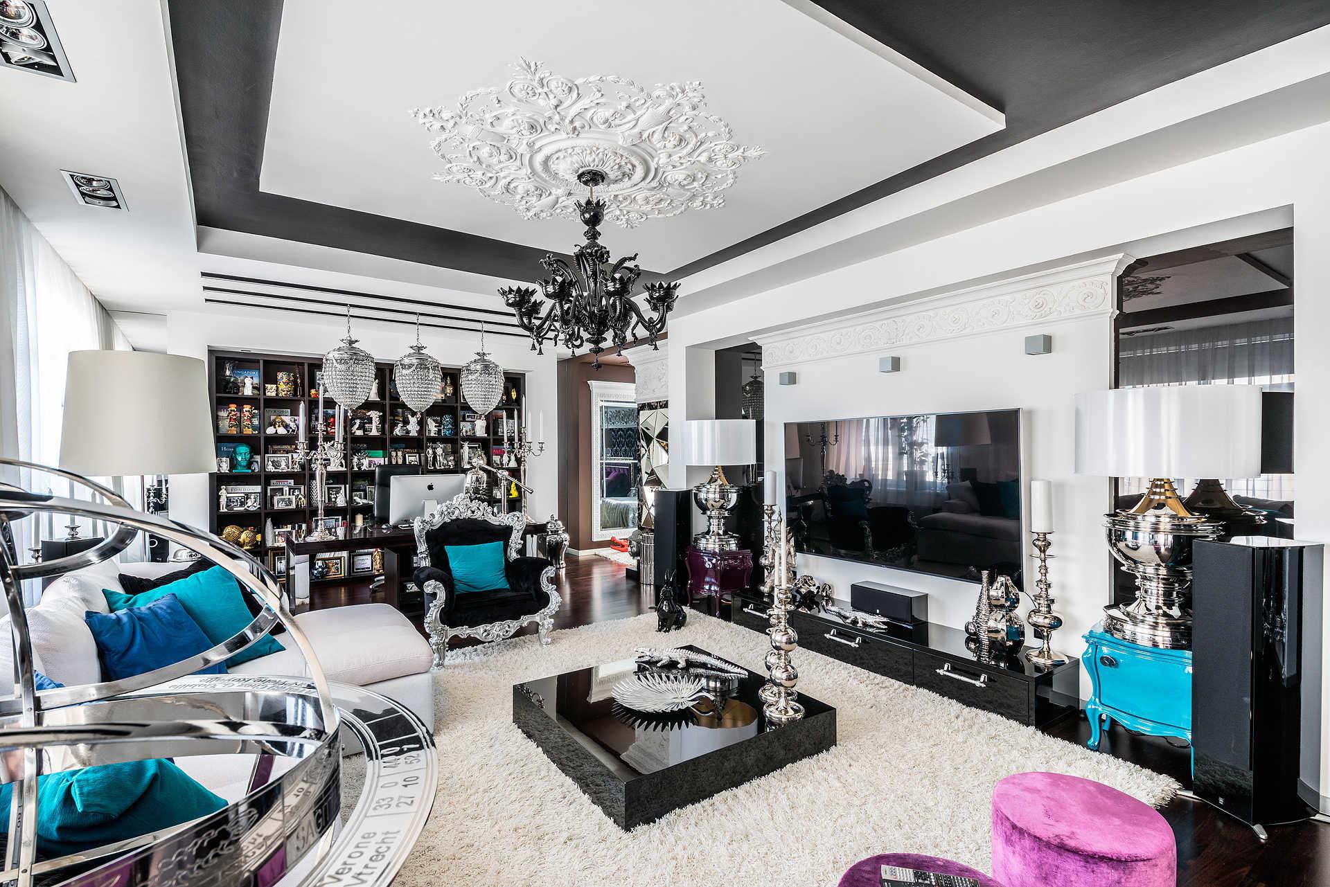 Большая гостиная комната с обильным декором в стиле фьюжн