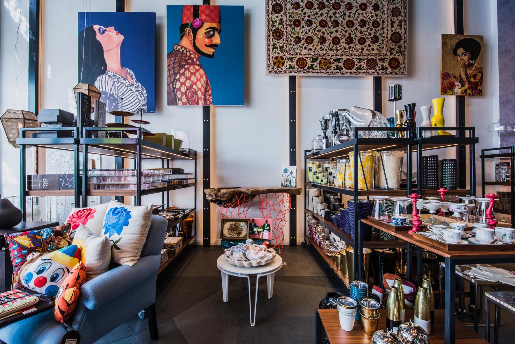 Яркий декор создает из обычного помещения красочный интерьер в стиле фьюжн