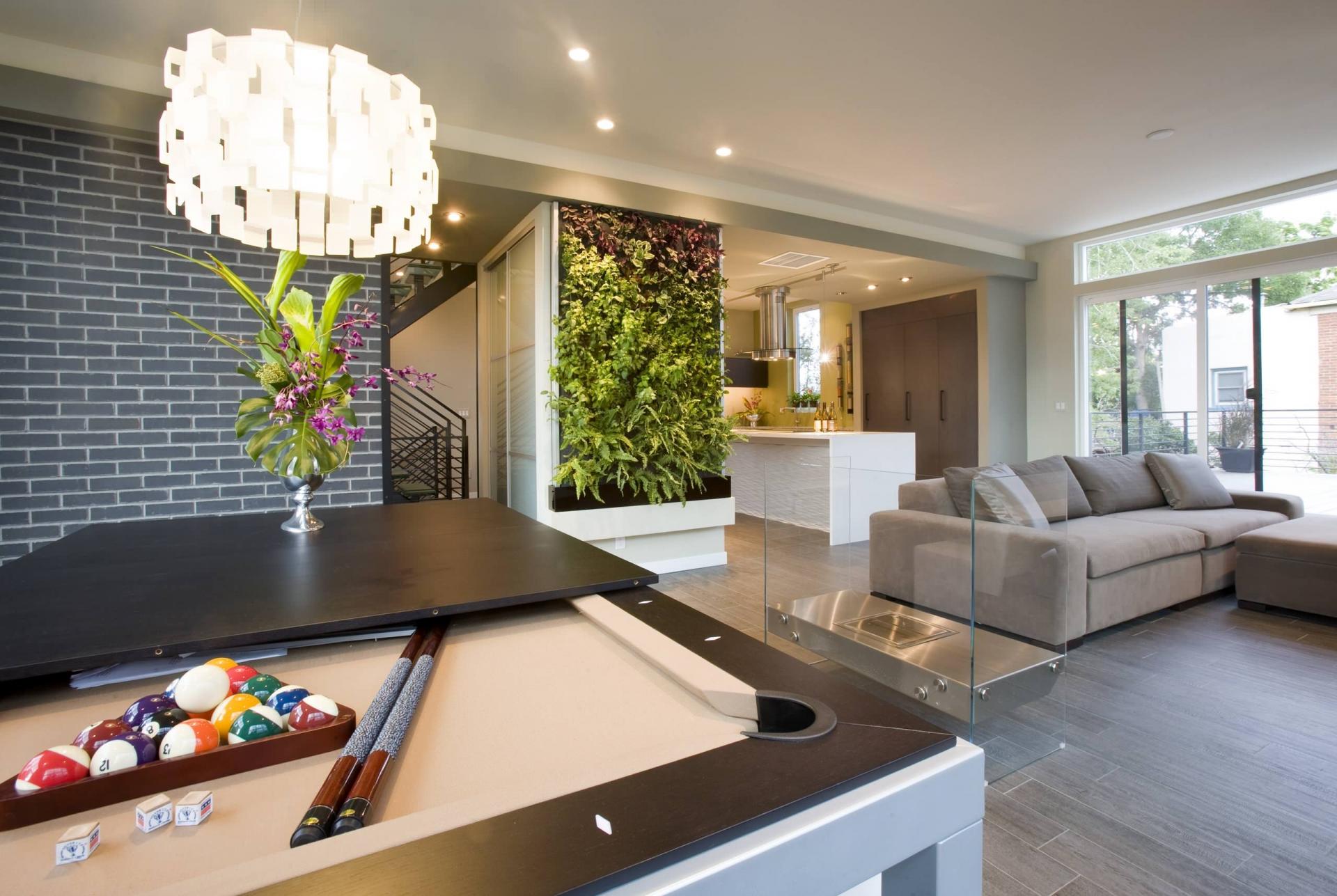 Небольшая люстра и точечное освещение в квартире в стиле фьюжн