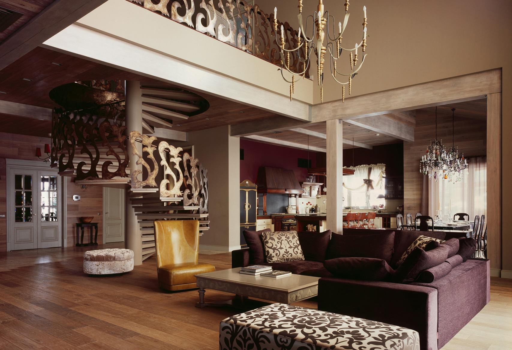 Большая гостиная в бежево-фиолетовых тонах в стиле фьюжн