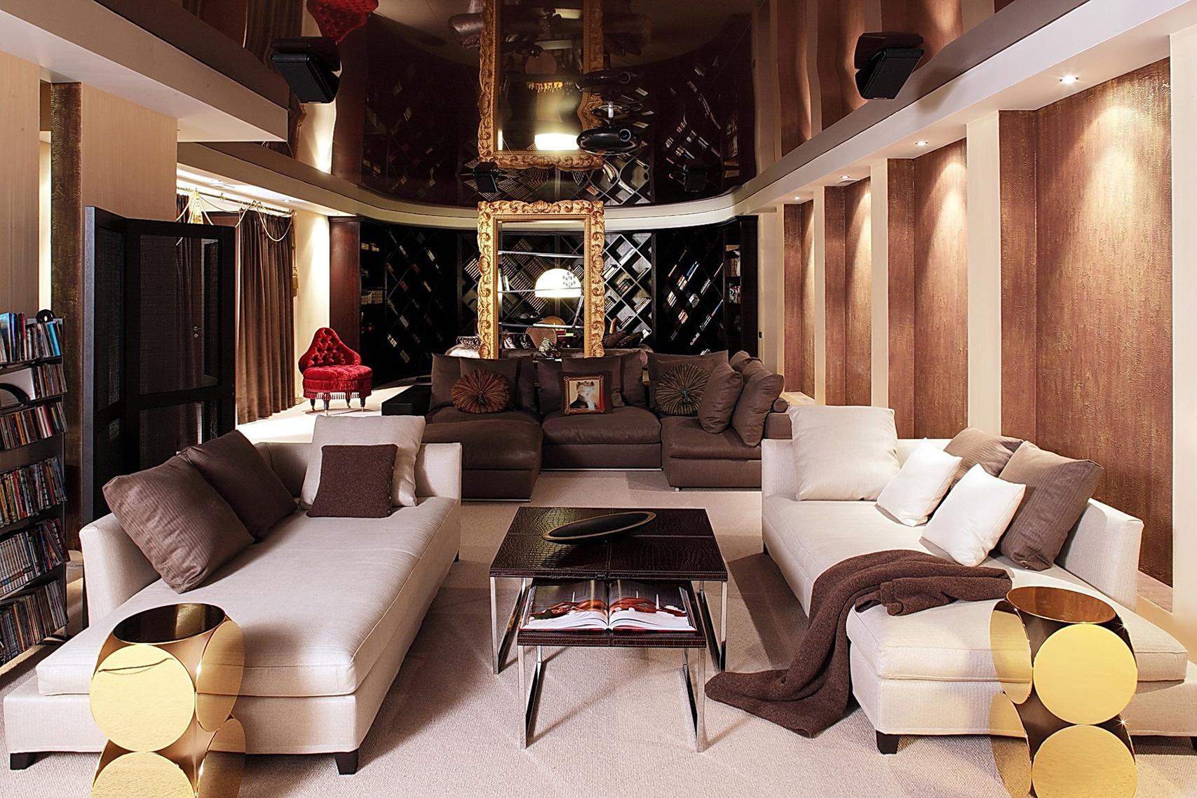 Узкая гостиная в стиле фьюжн с глянцевым потолком