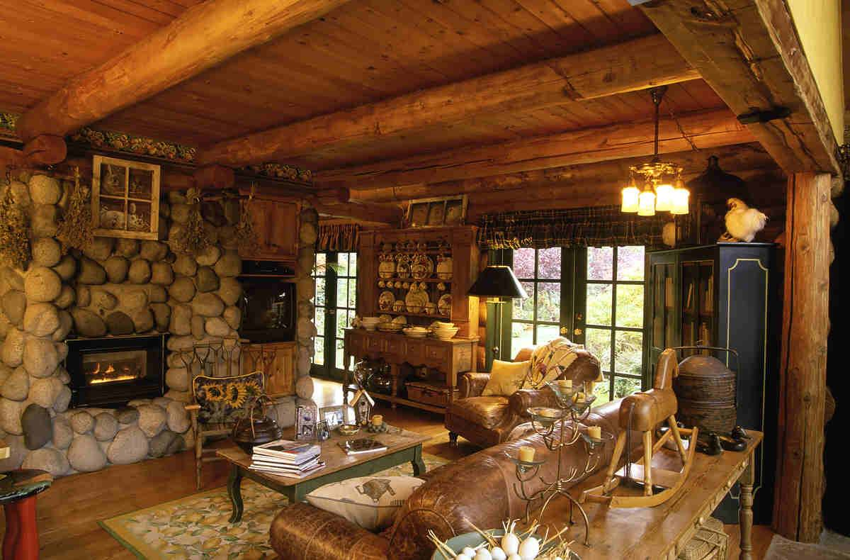 Уютная небольшая гостиная в стиле кантри в частном доме