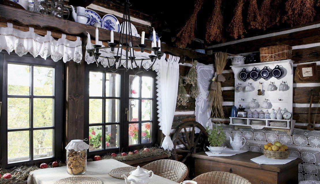 Уютная столовая в стиле кантри в частном доме