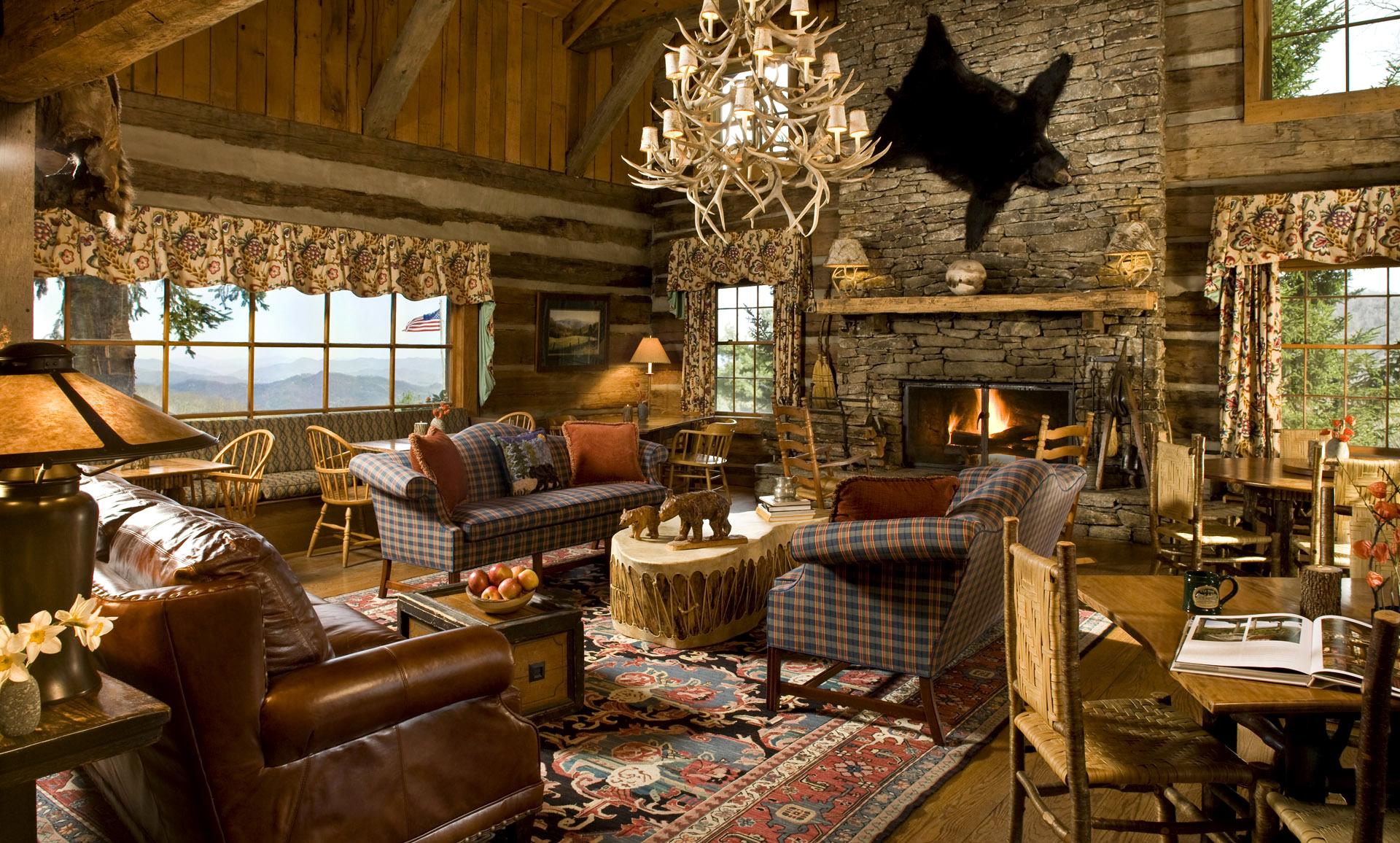 Необычная люстра в гостиной в стиле кантри