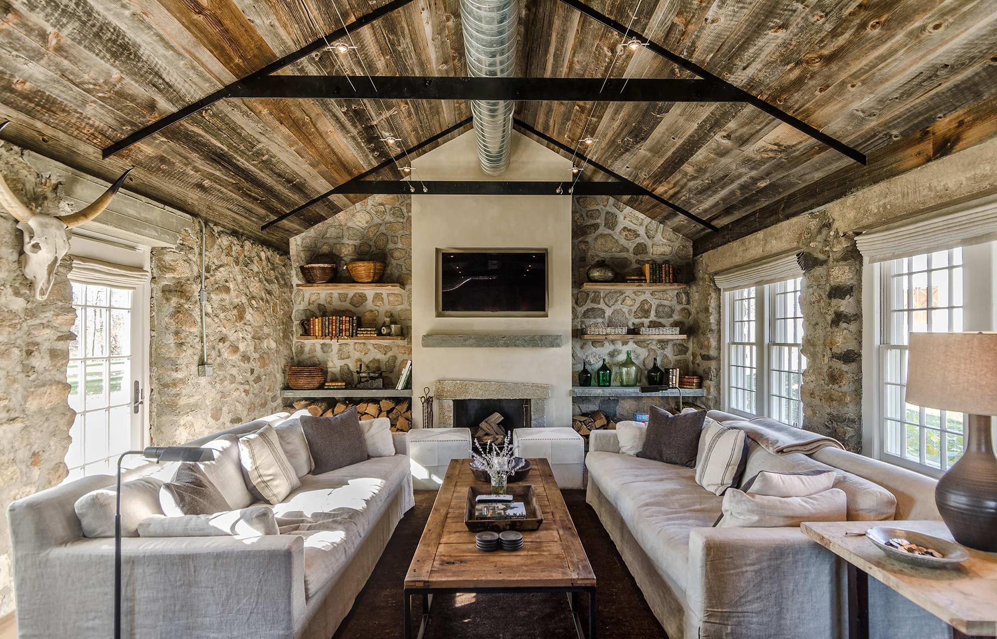 Камин в гостиной в стиле кантри