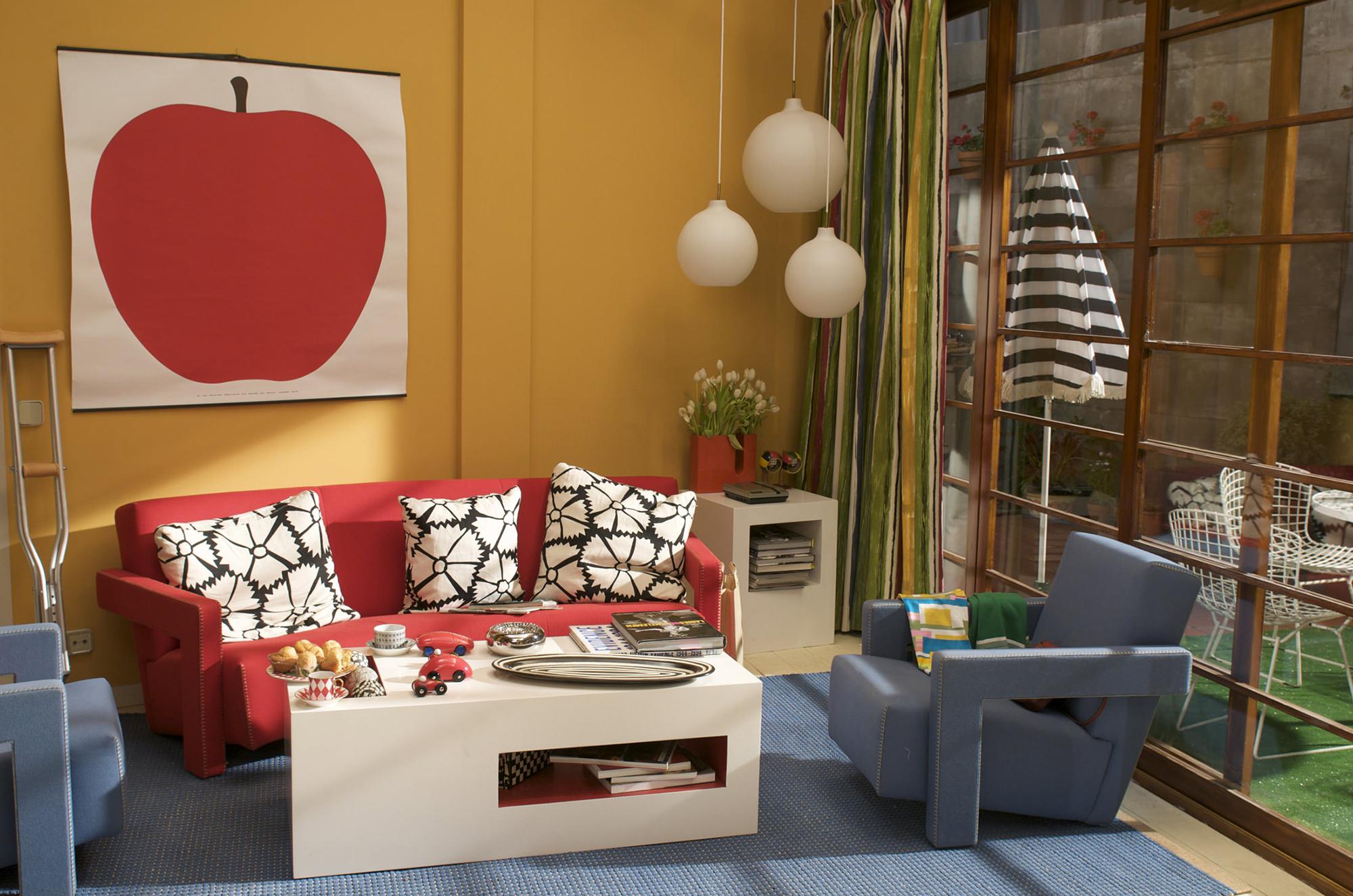 Сочетание красного, синего и желтого в гостиной в стиле китч