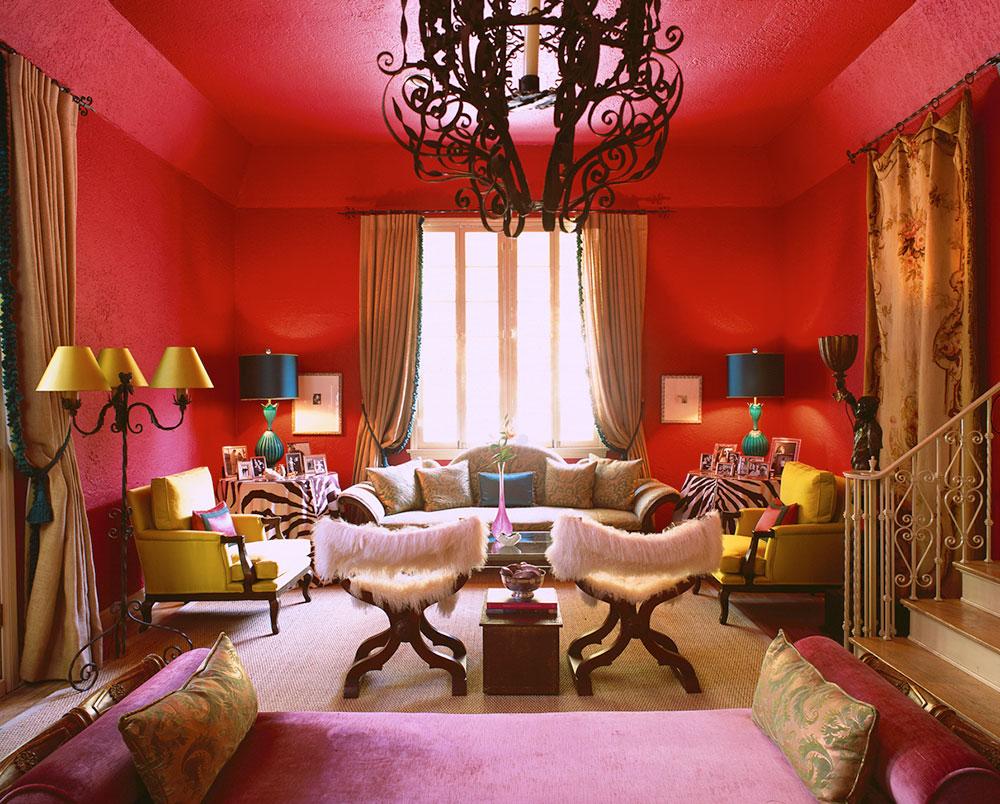 Красный розовый и кремовый цвета в гостиной в стиле китч