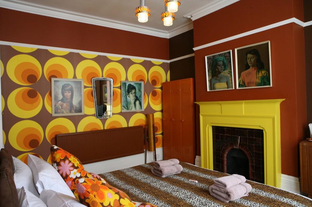 Спальня с камином в стиле китч
