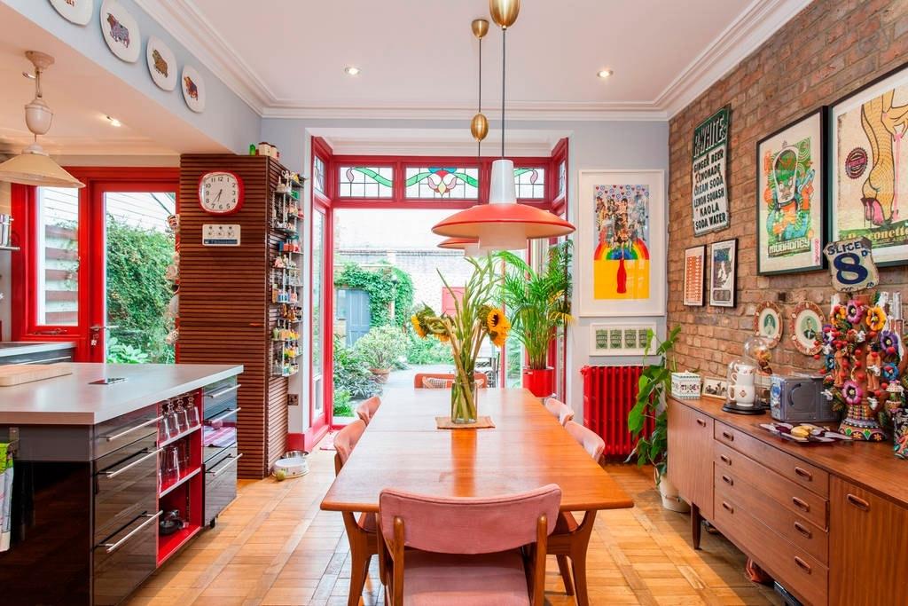 Коричнево-красный интерьер кухни в стиле китч