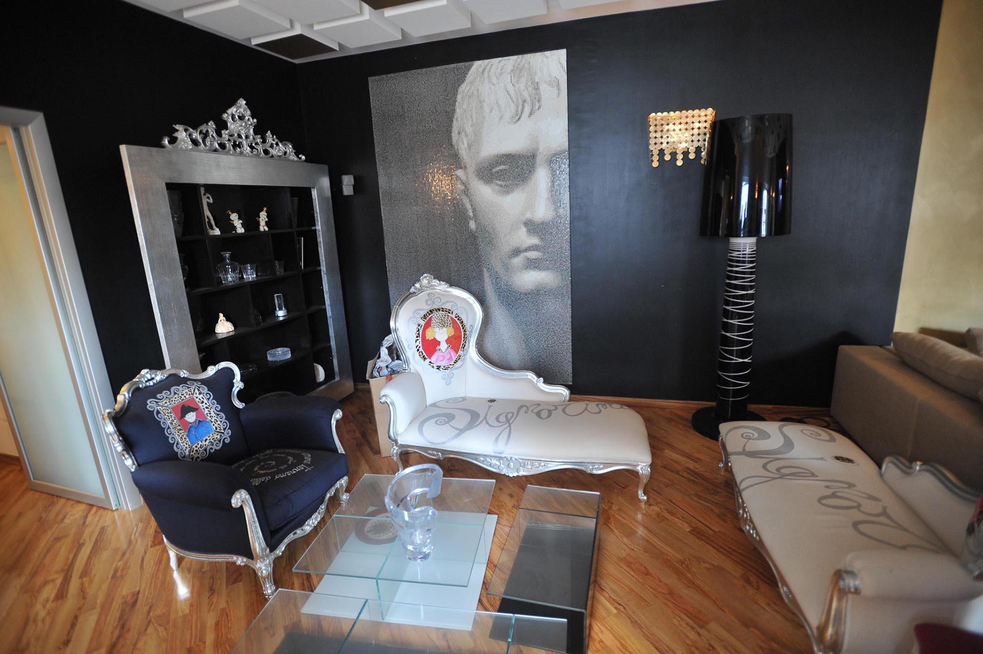 Черно-белая гостиная в стиле китч