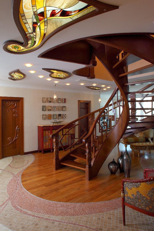 Коричнево-бежевый холл в доме в стиле модерн