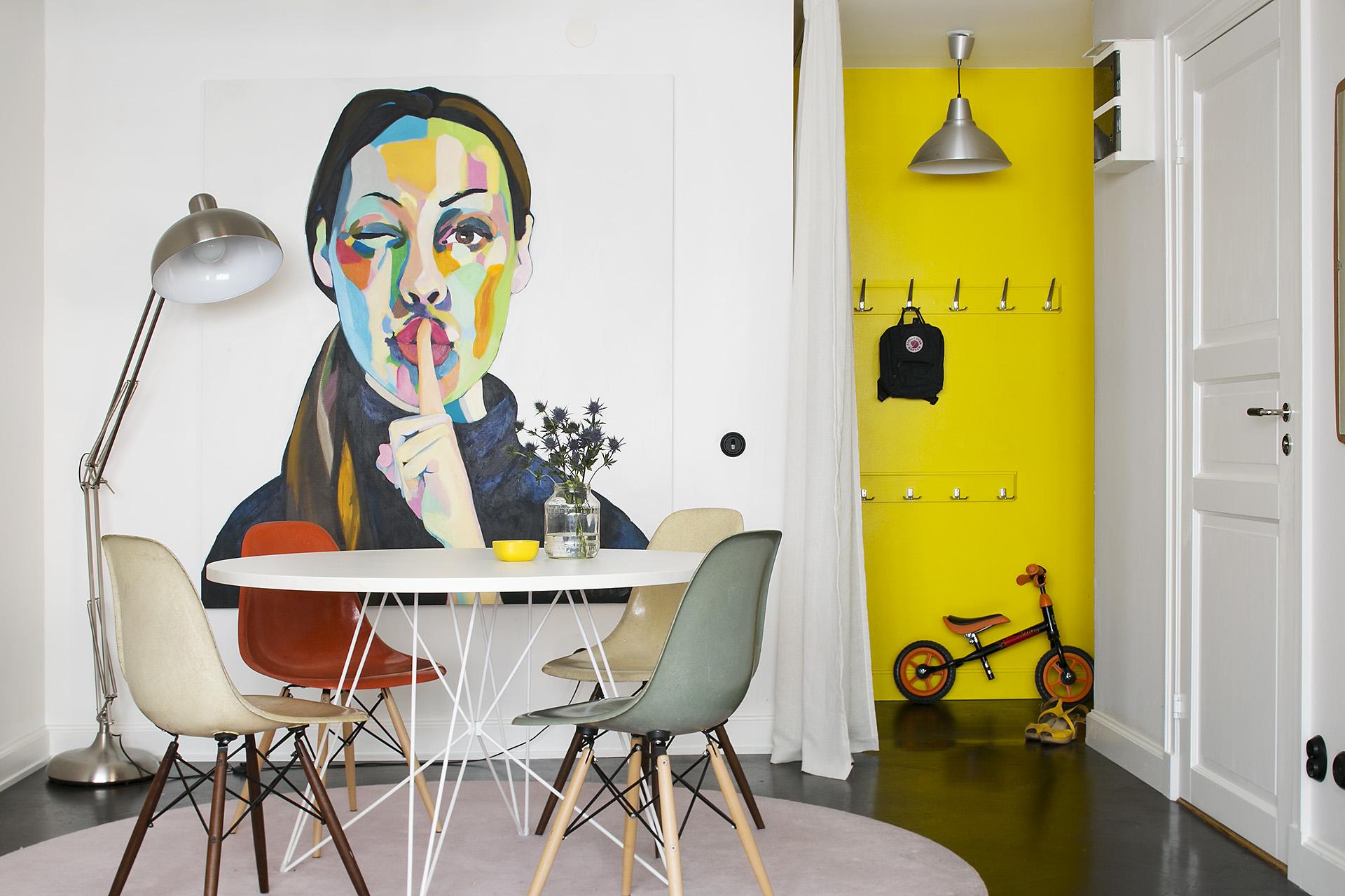 Желтые стены в прихожей в стиле поп-арт