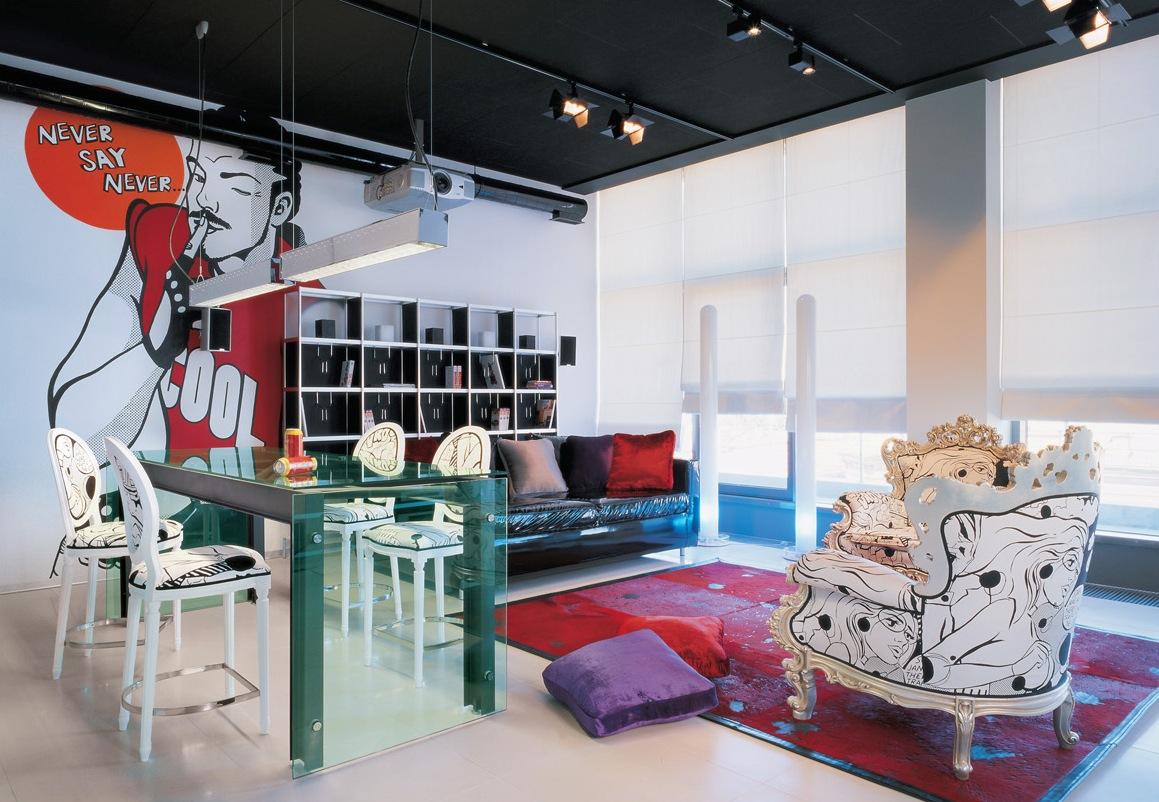 Стеклянный стол в гостиной в стиле поп-арт