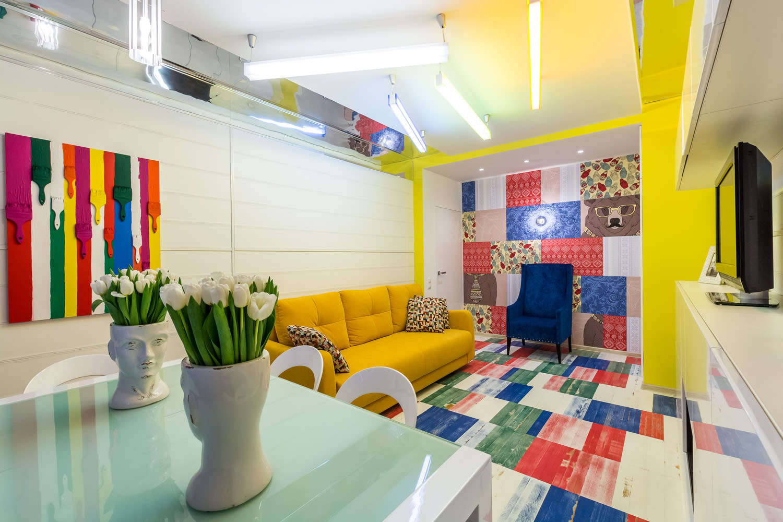 Небольшая гостиная-кухня в стиле поп-арт