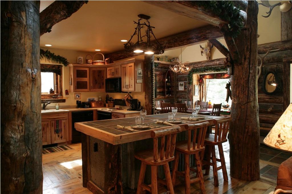 Кухня с большой барной стойкой в рустикальном стиле