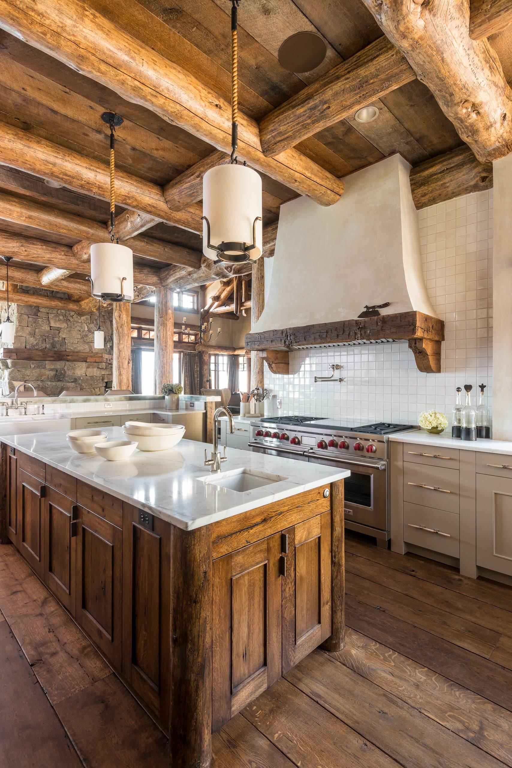 Кухня с островом и оформленной вытяжкой в стиле рустик