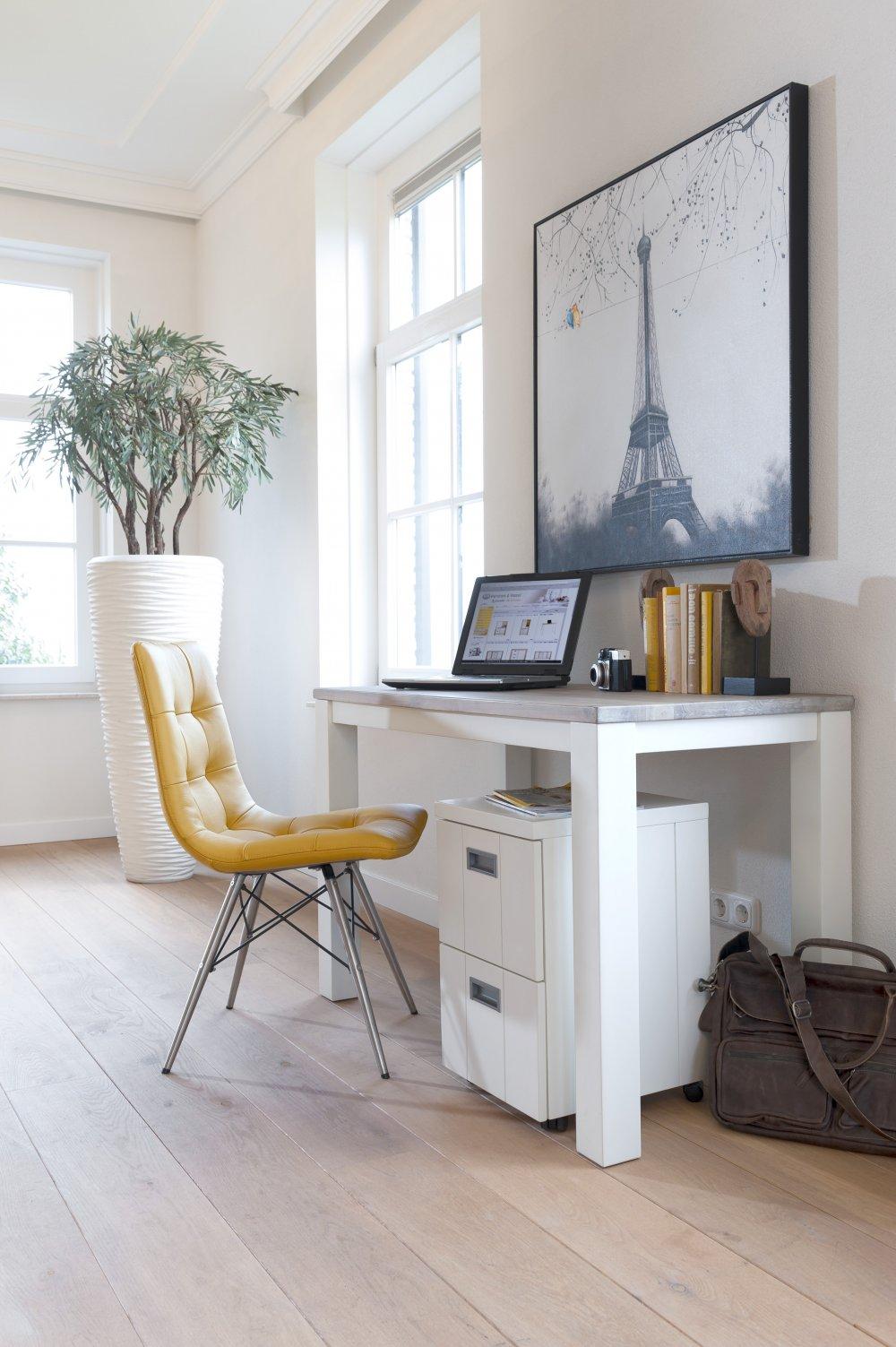 Фотографии над столом в интерьере