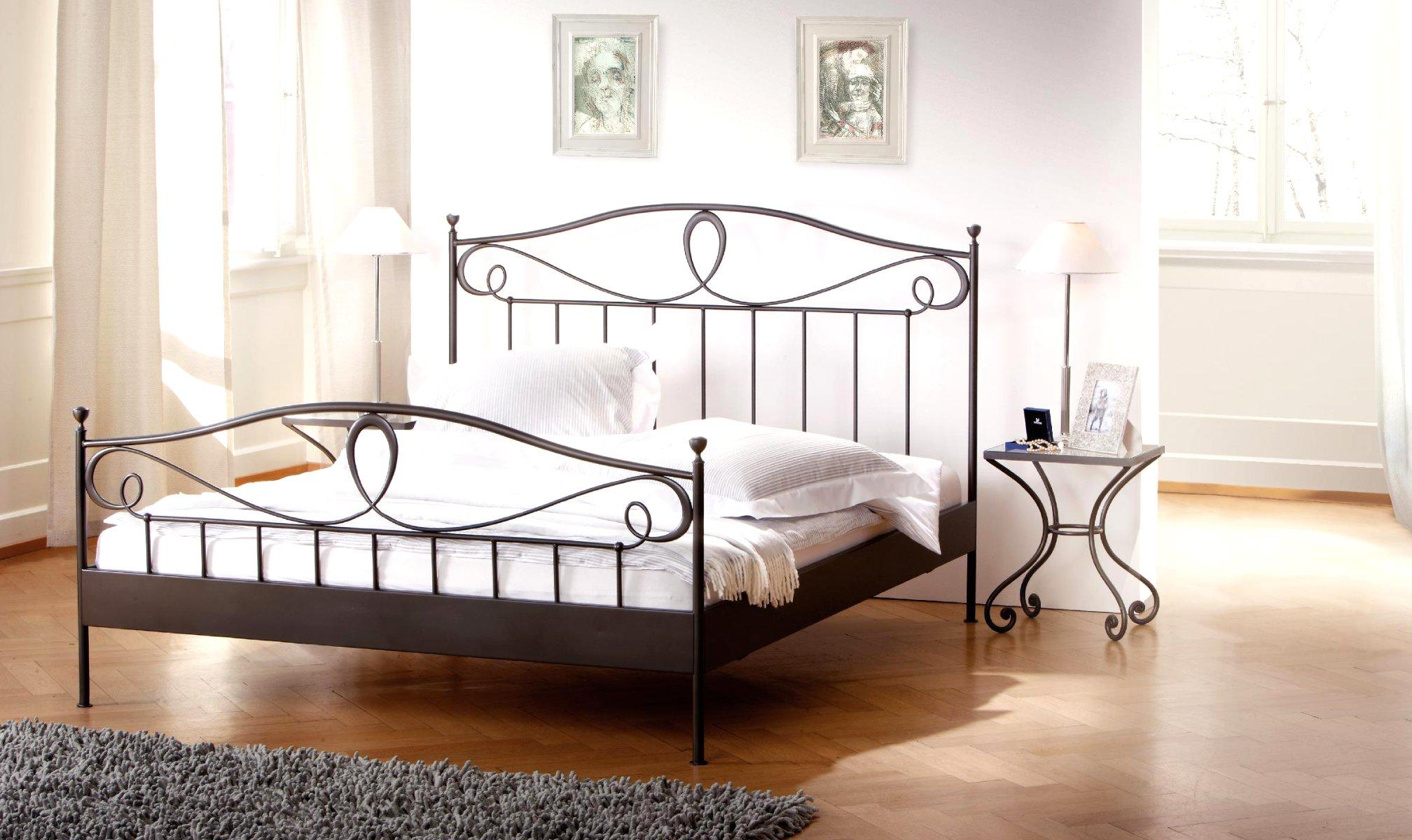 Кованая кровать со столиком