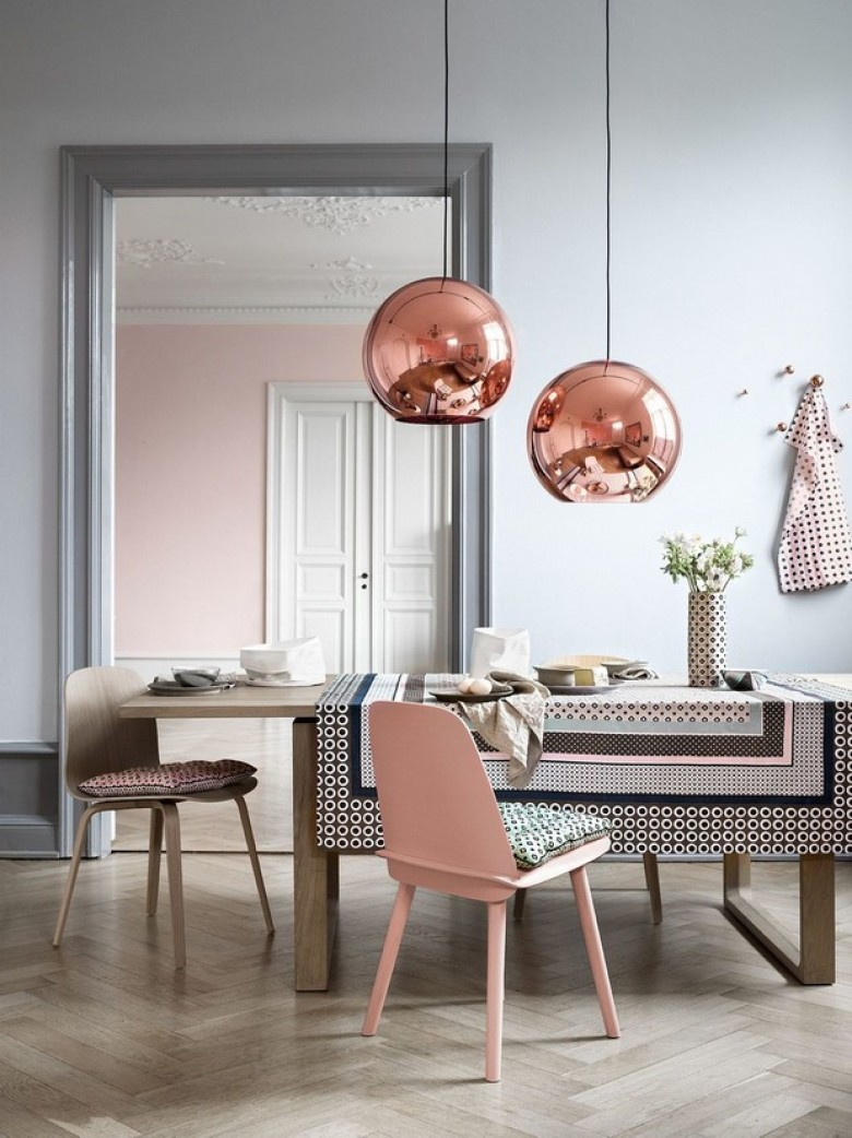 Розовый стул в интерьере
