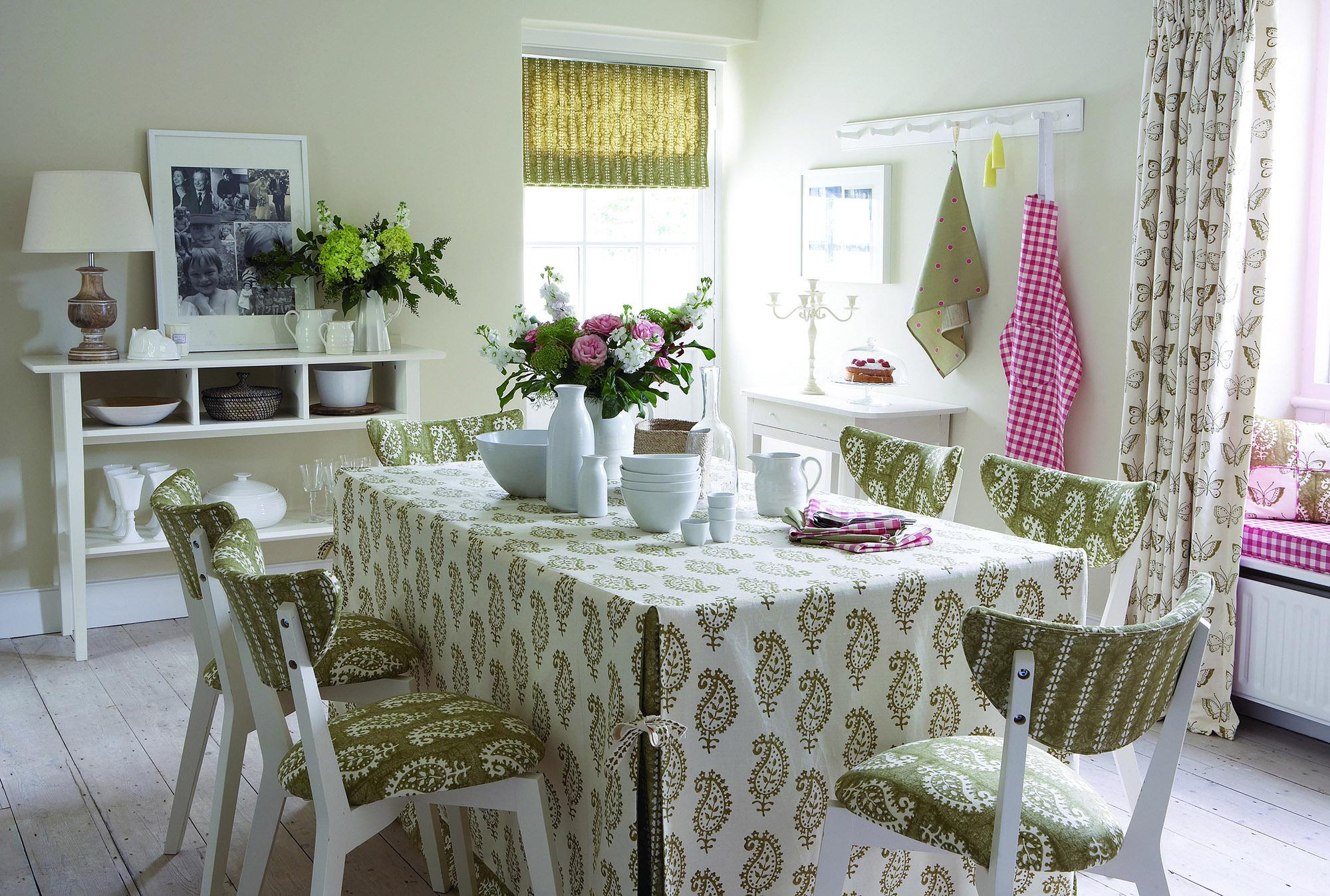 Бело-зеленые красивые стулья на светлой кухне