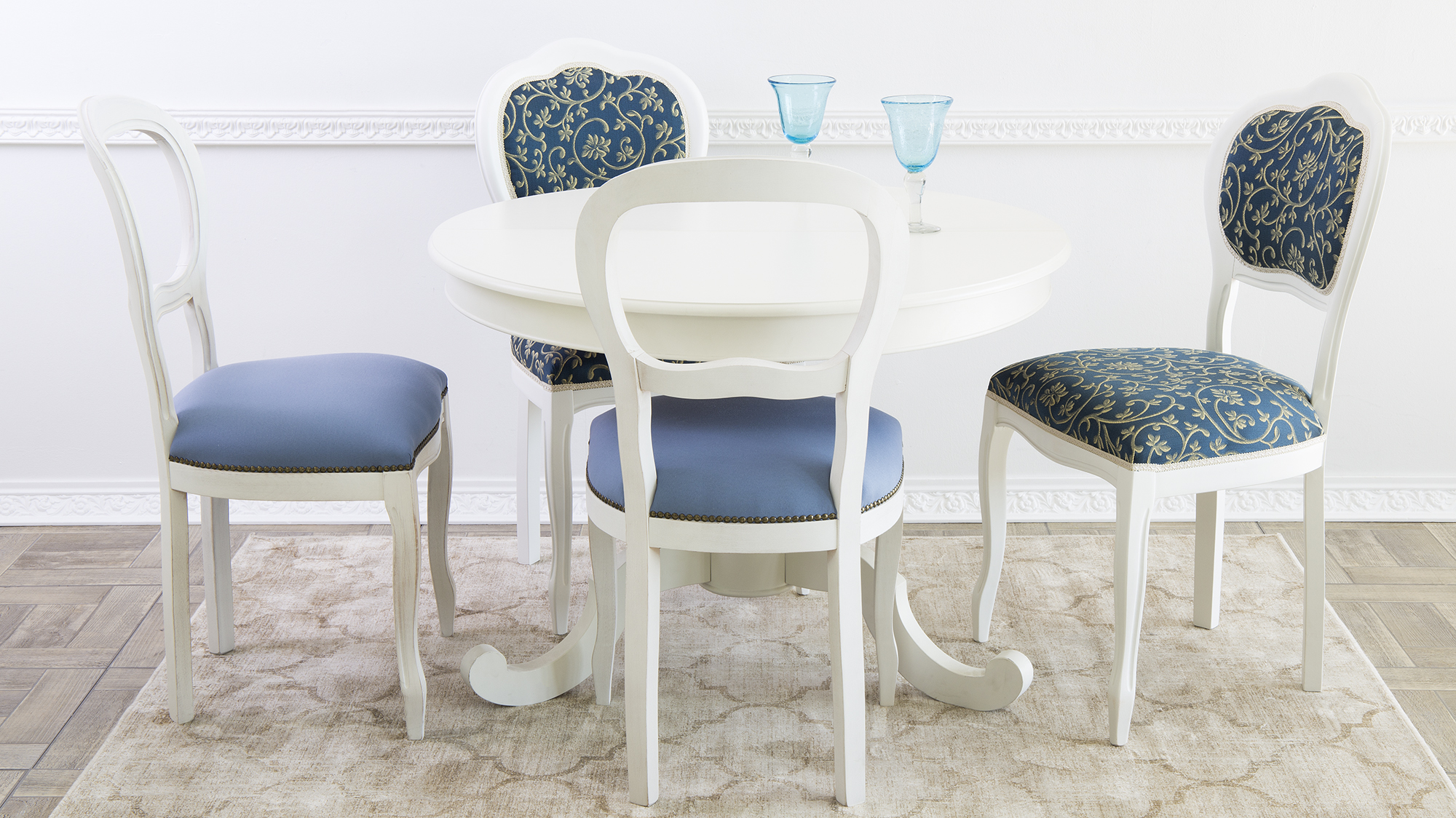 Бело-синие стулья в стиле кантри