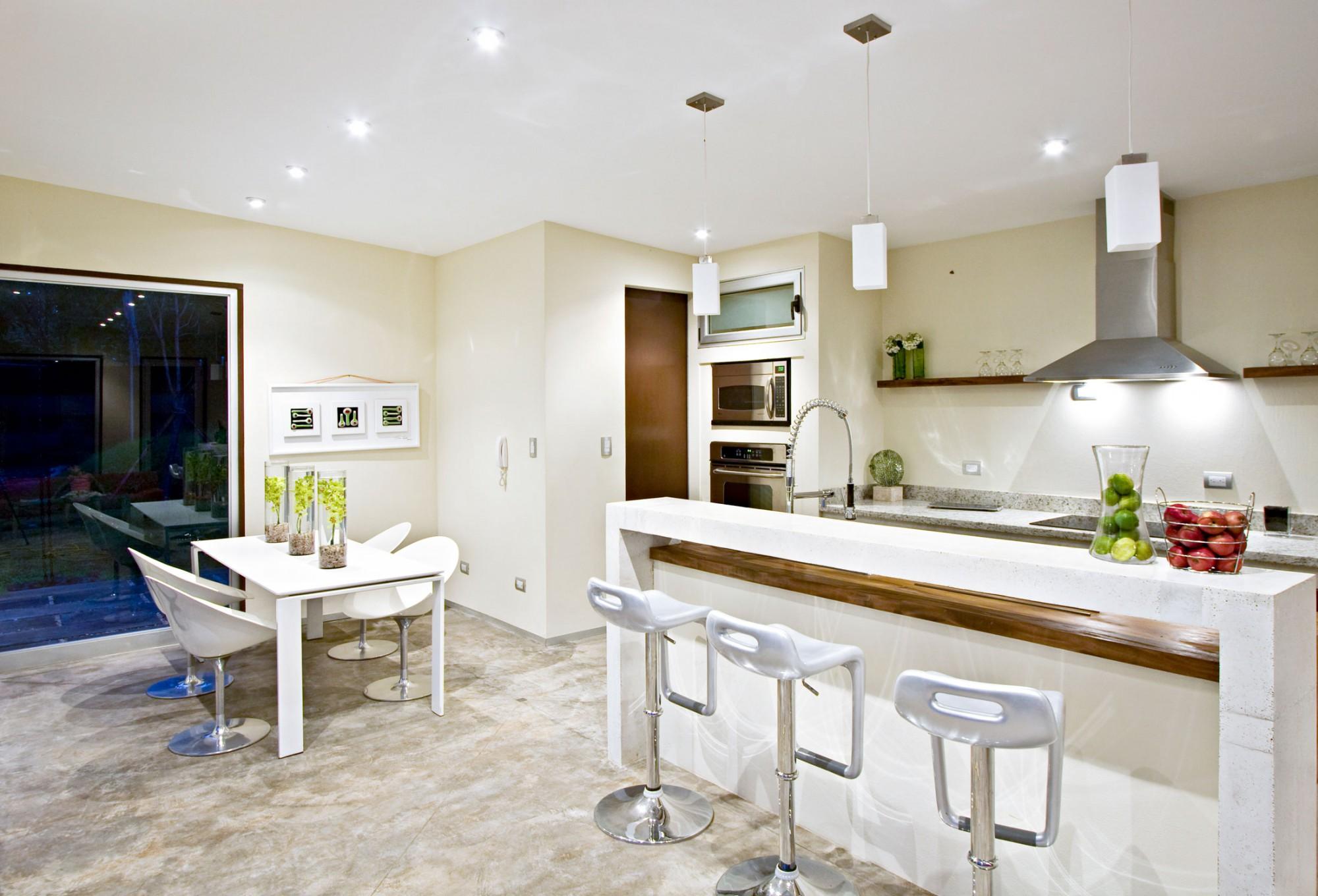 Белые полукруглые стулья на кухне
