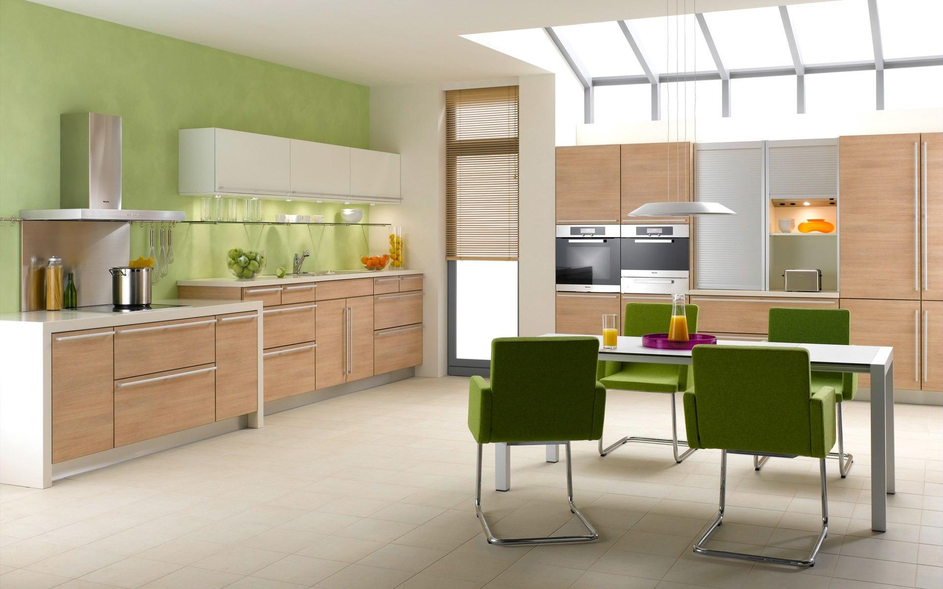 Зеленые стулья в просторной кухне