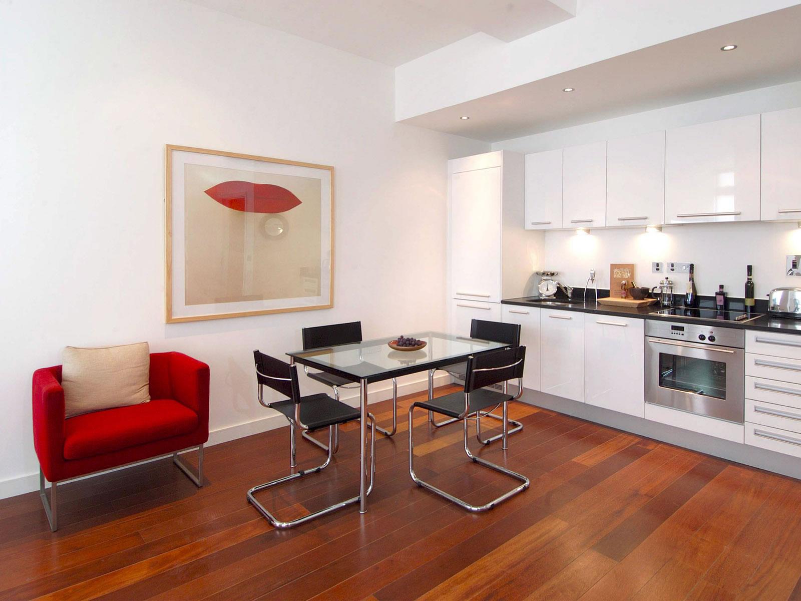 Черно-серебристые современные стулья на кухню