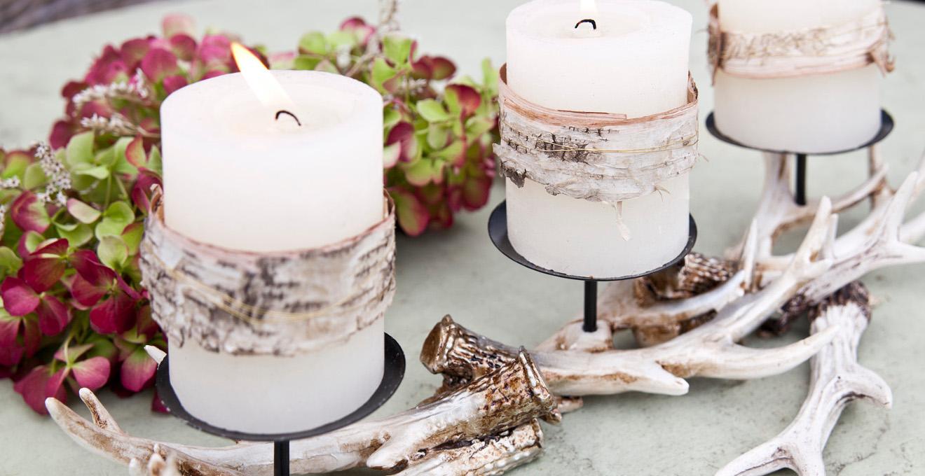 Белые свечи, украшенные берестой