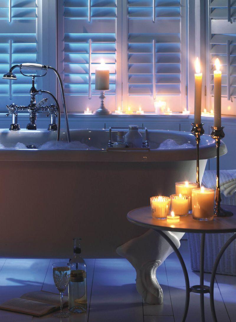 Романтичное украшение ванной свечами