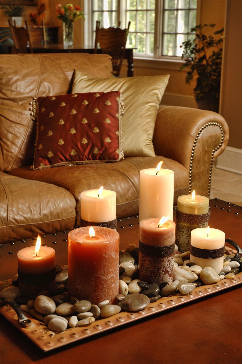 Разноцветные свечи в гостиной