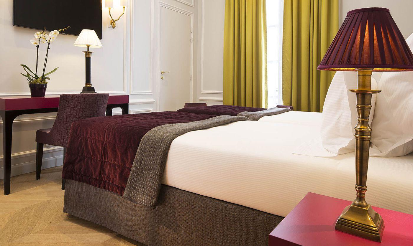 Бордовый текстиль в спальне