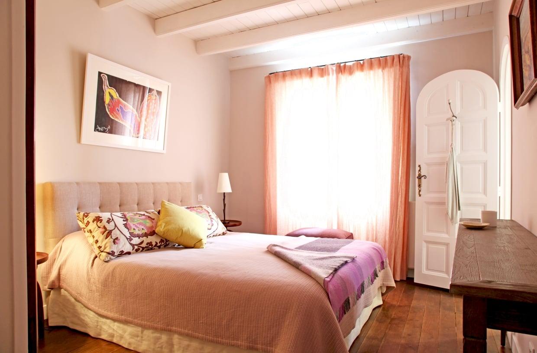Персиковый цвет текстиля в интерьере
