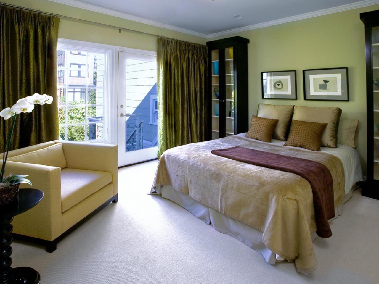 Оливковый цвет в интерьере с темной мебелью