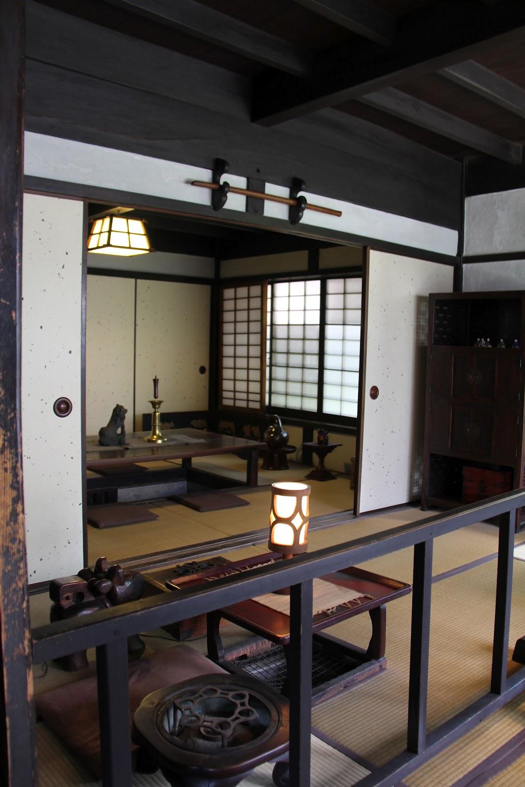 Японский интерьер с темным деревом