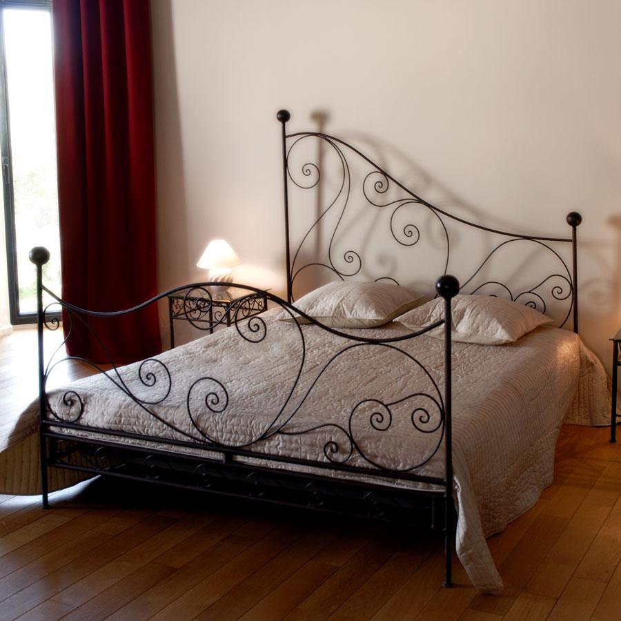 Кровать тонкой ковки